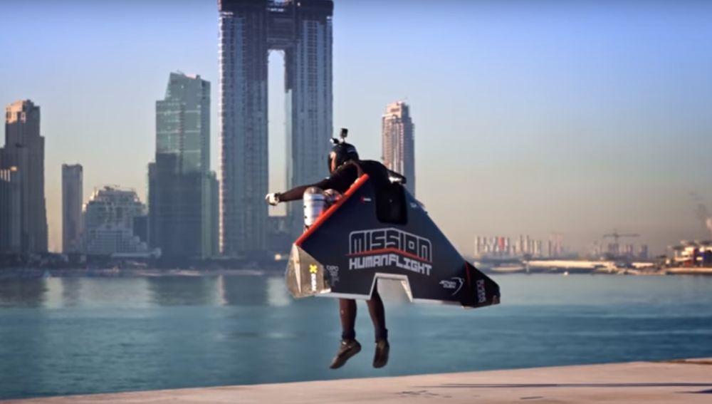 Vince Reffet sobrevuela con su ala delta propulsada la ciudad de Dubai