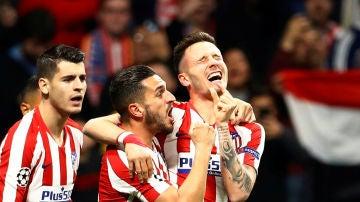 Saúl celebra su gol al Liverpool