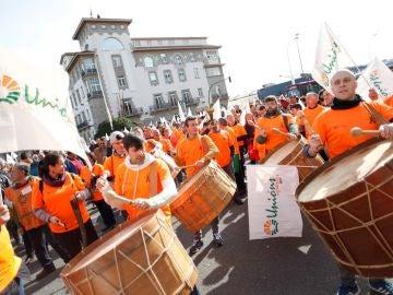 Un grupo de 'tamborreiros' se unen a la protesta de agricultores y ganaderos en A Coruña