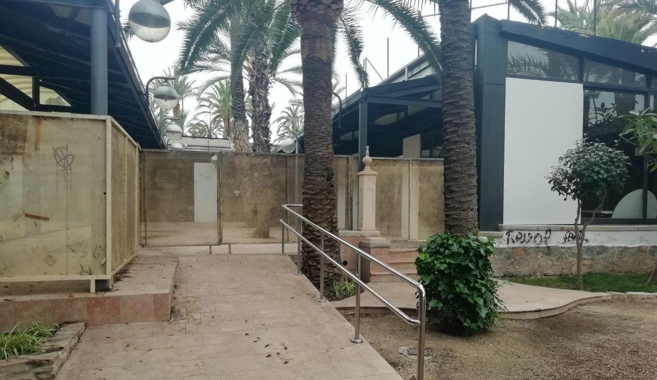 Acceso vallado al restaurante del Parque Municipal de Elche.