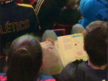 Niño estudiando en el Wanda Metropolitano