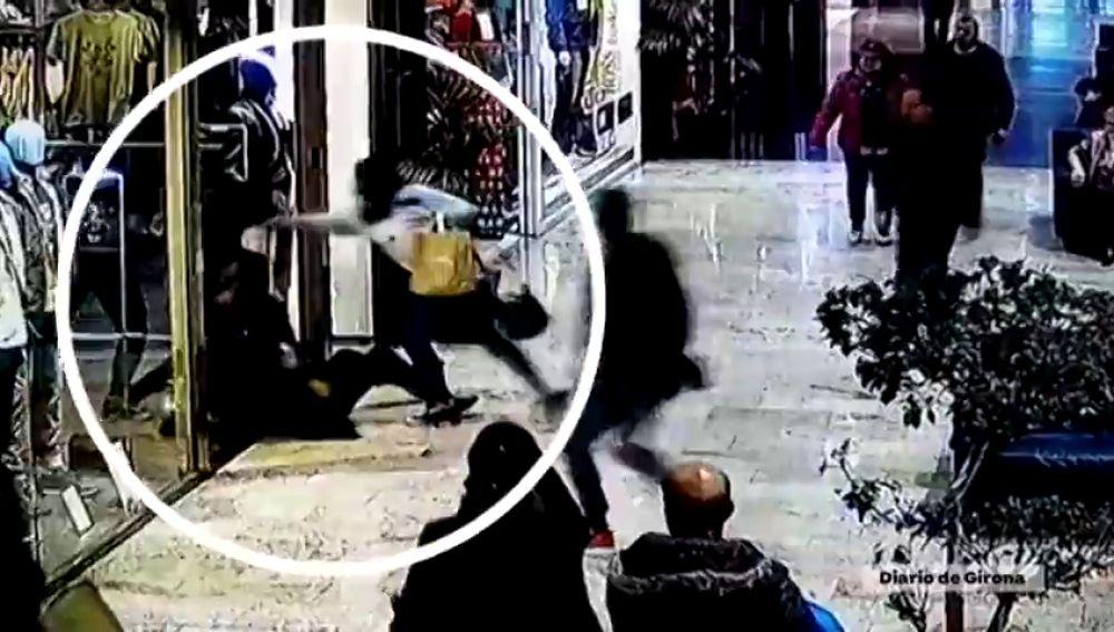 Así detienen los clientes de un centro comercial de La Jonquera a un ladrón