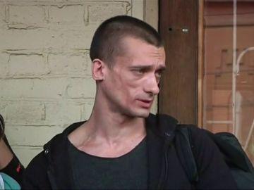 artista ruso Piotr Pavlenski y a su novia por la divulgación del víde