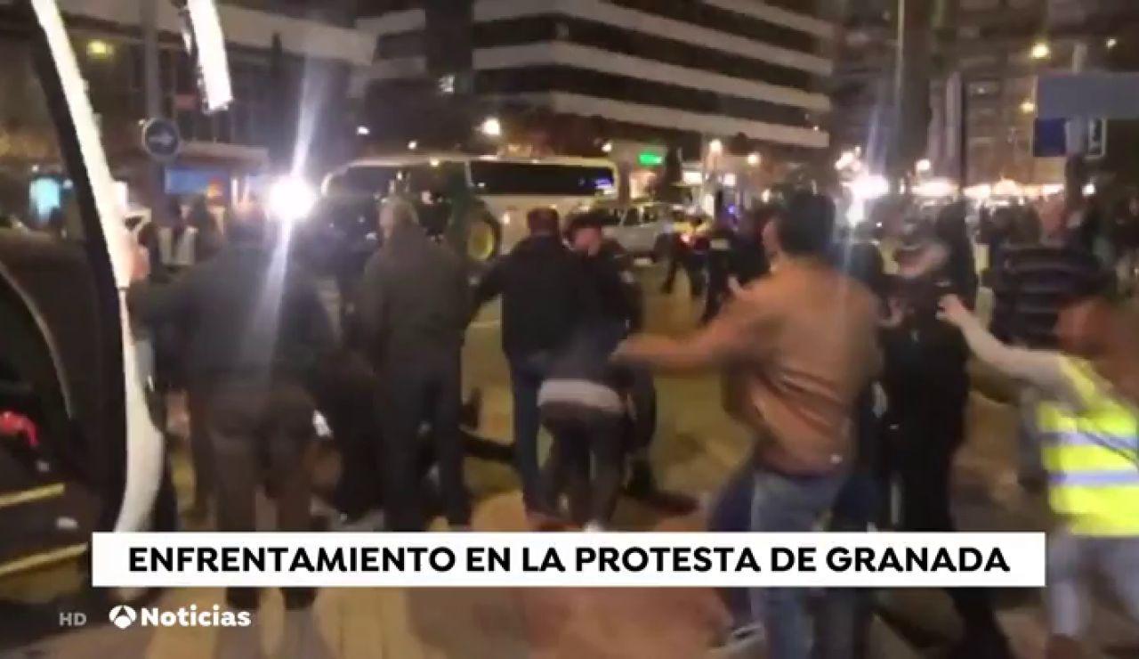 La Policía atropella accidentalmente a un manifestantes de Granada y varias personas se enfrentan a los agentes