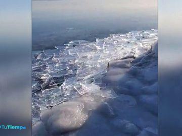 Una corriente de hielo a -23 grados deja miles de trozos de hielo en el Lago Superior de Minnesota