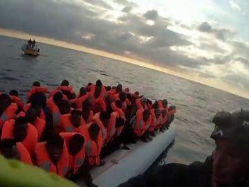 El 'Ocean Viking' lleva a bordo a más de 270 migrantes después de tres rescates