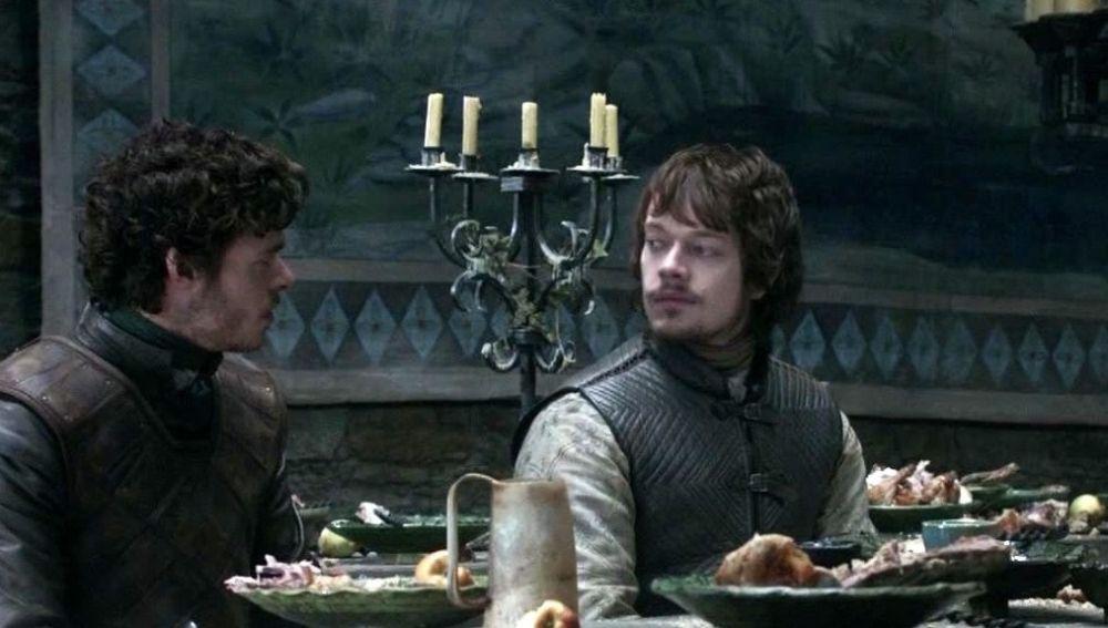 Alfie Allen y Richard Madden como Theon Greyjoy y Robb Stark en 'Juego de Tronos'