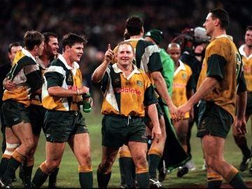 Dan Crowley celebra una victoria con la selección australiana de rugby