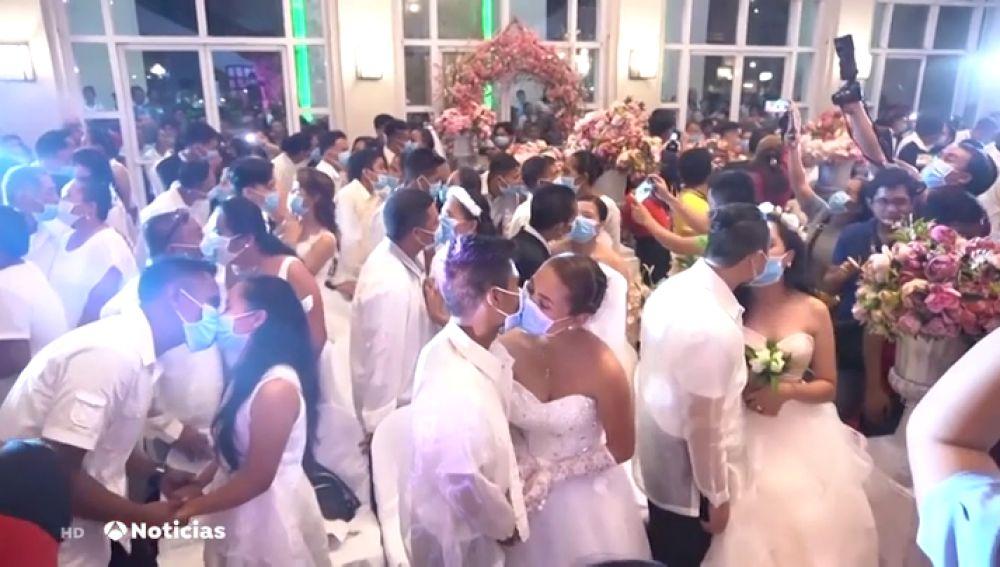 Boda multitudinaria con mascarillas en Filipinas por miedo al coronavirus