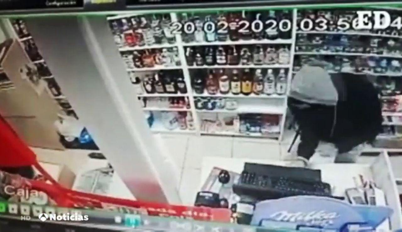 Amenazan con cuchillos al empleado de un supermercado en Tenerife