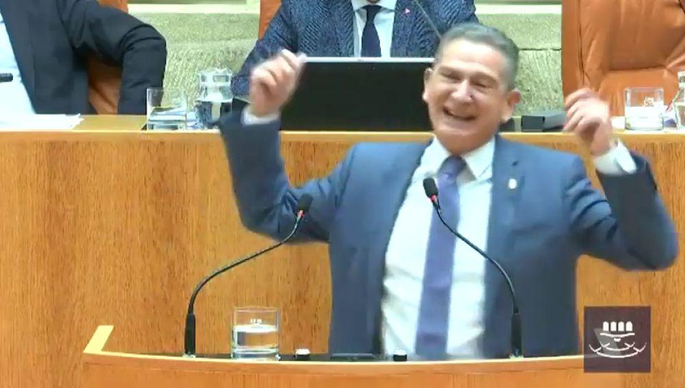 """Celso González, el consejero riojano de Hacienda que no puede controlar su risa: """"Soy muy sonriente"""""""