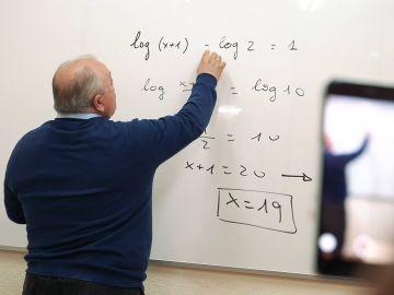 Carlos Maxi, el profesor de matemáticas que arrasa en Tik Tok