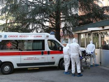 Imagen de una ambulancia a las puertas del Hospital de Padua, al norte de Italia