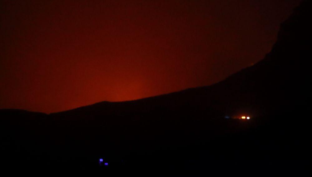 Vista desde el cruce de Veneguera, en Mogán, del incendio forestal declarado este sábado en la localidad de Tasarte