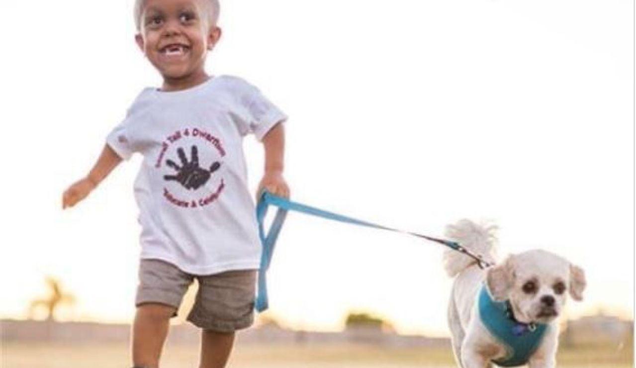 Quaden Bayles, paseando al perro
