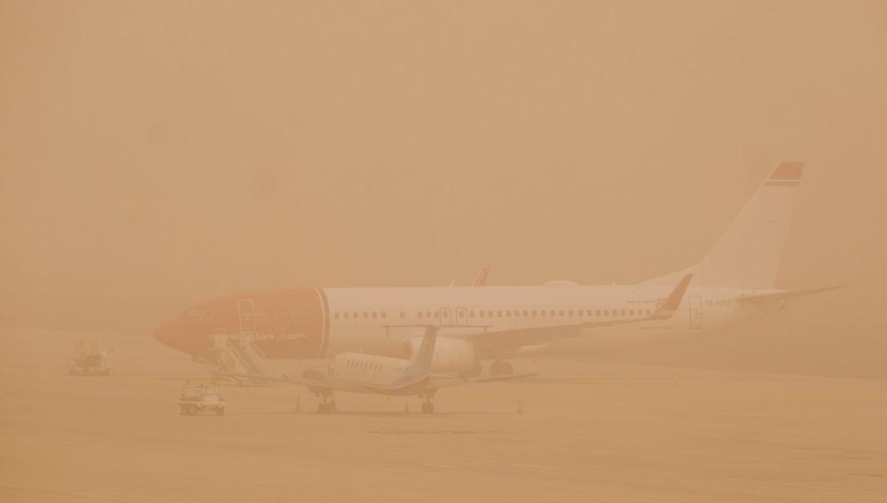 Dos aviones permanecen aparcados en el aeropuerto de Gran Canaria