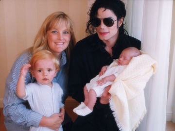 Michael Jackson, junto a su exmujer Debbie Rowe y sus dos hijos Paris y Prince