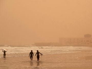 Vistas de la playa en Fuerteventura con calima