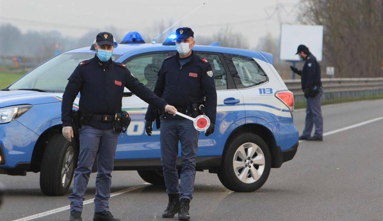 Policía con mascarillas en Italia