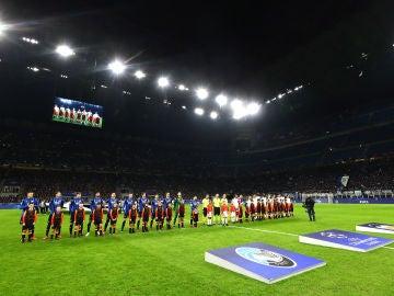 Los jugadores de Atalanta y Valencia antes de su partido en San Siro
