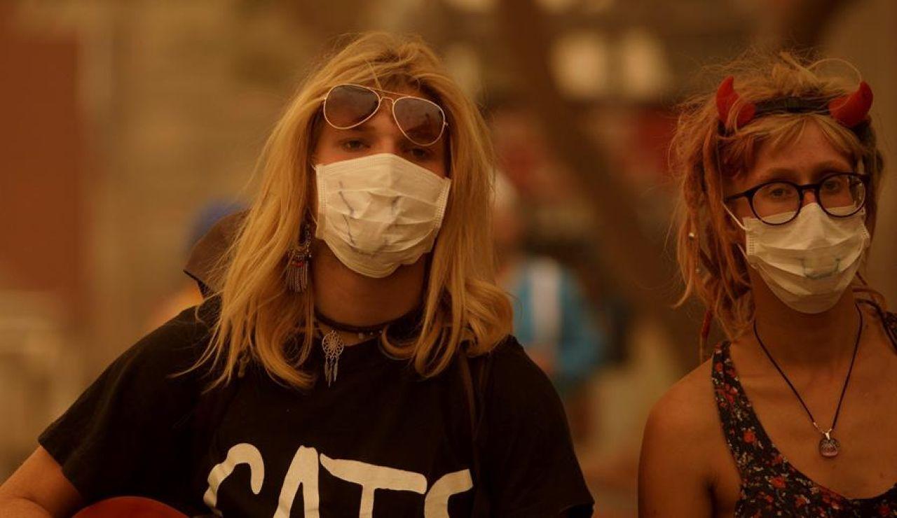 Dos mujeres con mascarillas en Canarias