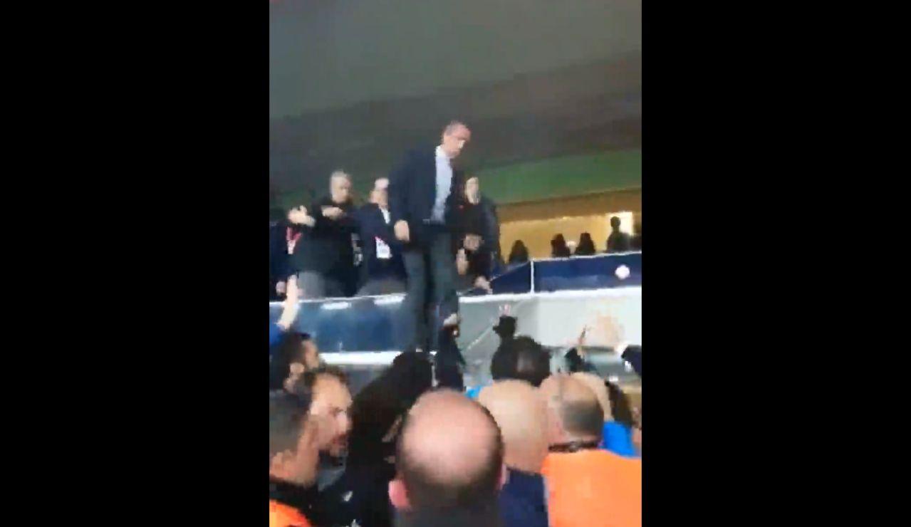 El presidente del Fenerbahçe salta de la grada