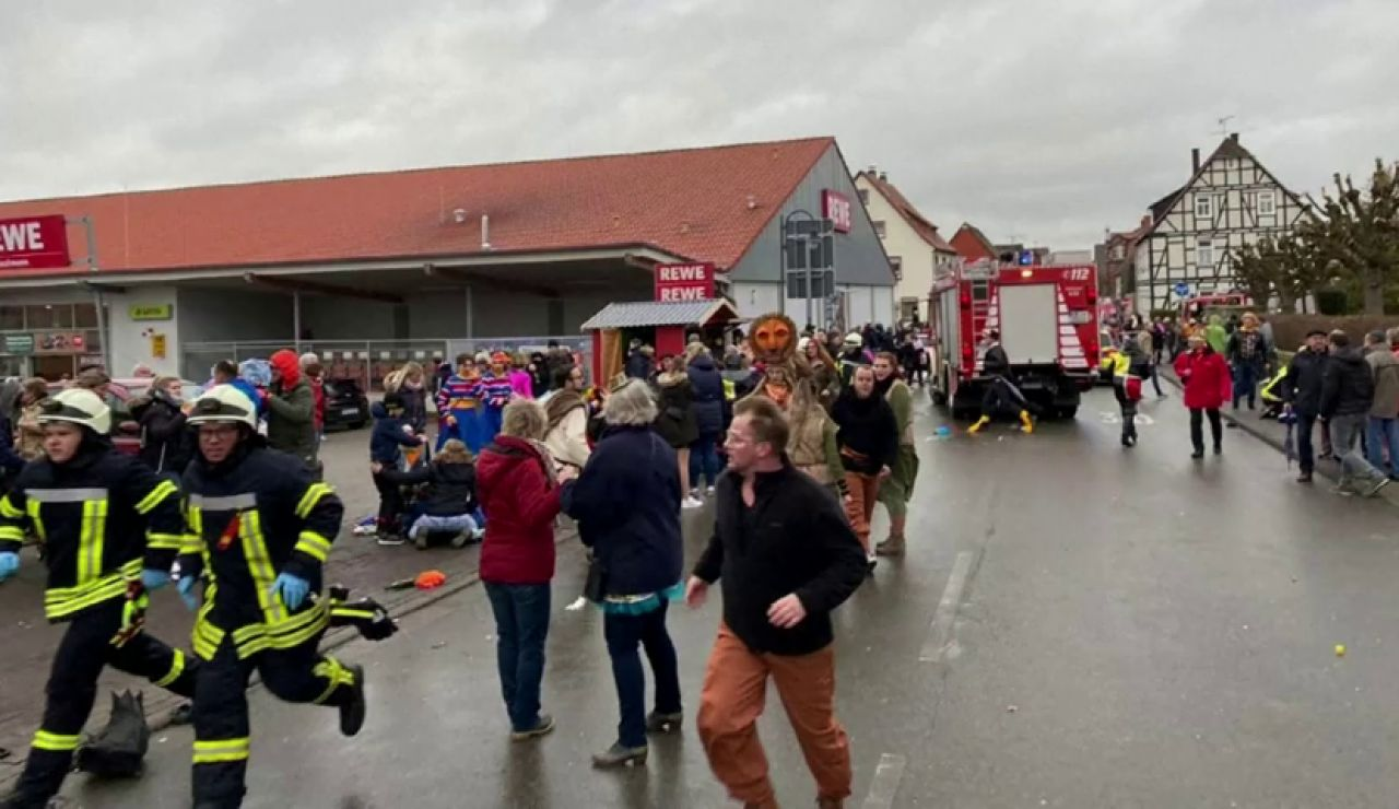 Al menos 30 heridos tras ser atropellados durante un desfile del carnaval en Alemania