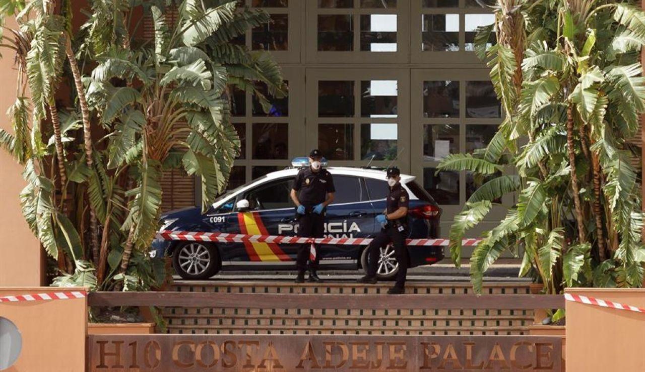 Miembros de la Policía Nacional custodian la entrada del hotel en Adeje