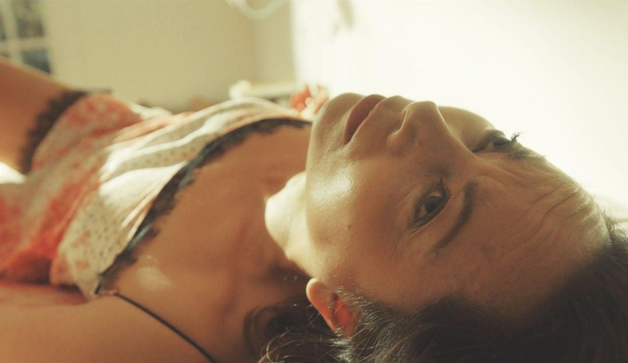 El siniestro momento en el que Paloma despierta al lado de un cadáver desnudo