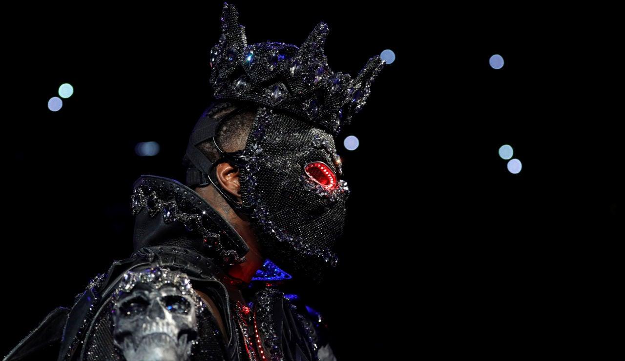 Deontay Wilder en su entrada al ring con el traje en tributo al Mes de la Historia Negra