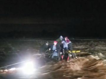 Las inundaciones en Arizona dejan a una familia atrapada en su coche