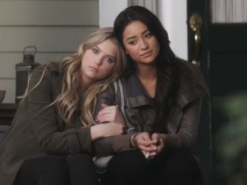 Ashley Benson y Shay Mitchell como Hanna y Emily en 'Pretty Little Liars'