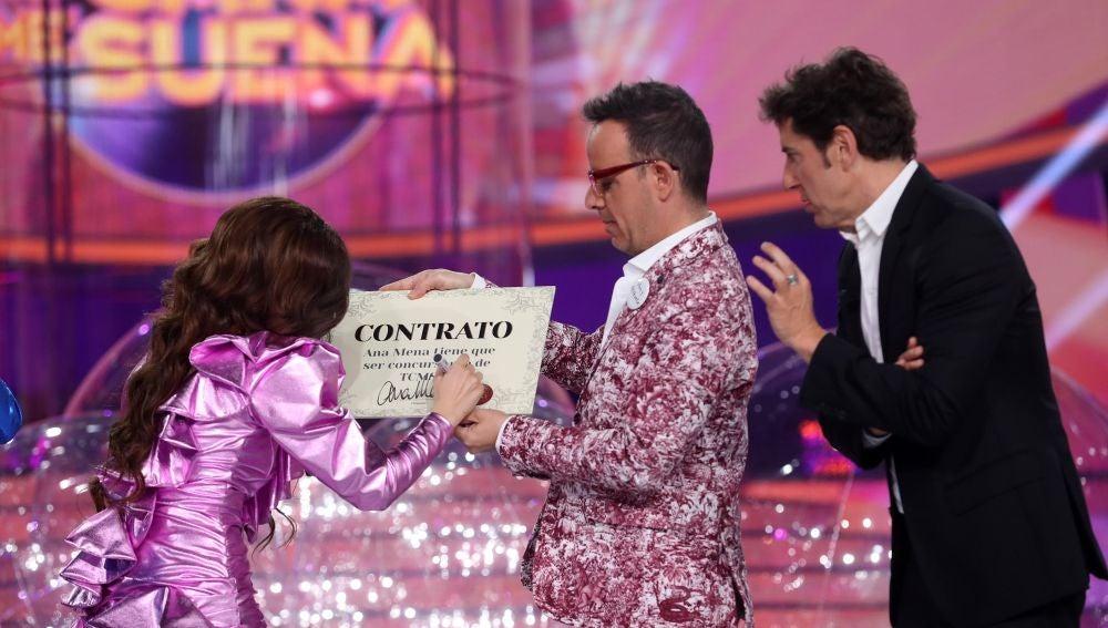 ¡Bienvenida a la familia! El contrato de Ana Mena para ser concursante de la novena edición de 'Tu cara me suena'