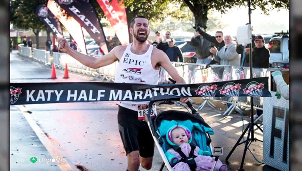 Calum Neff, el atleta imbatible en maratón con carrito de bebe, tiene 3 récords Guiness