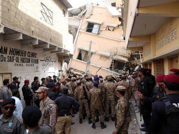 Labores de rescate en Karachi.
