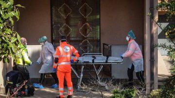Camilla para trasladar a una persona con coronavirus en Lombardía