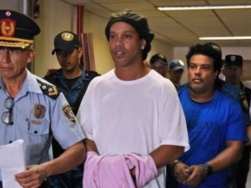 Ronaldinho y su hermano, esposados en Paraguay