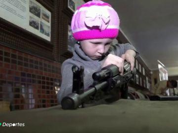 La polémica competición de niños montando y desmontando fusiles Kalashnikov