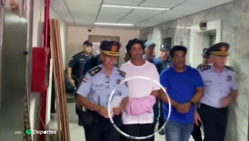 """Ronaldinho, en la cárcel con """"riesgo de fuga"""" y su abogado le 'defiende' así: """"Es tonto"""""""