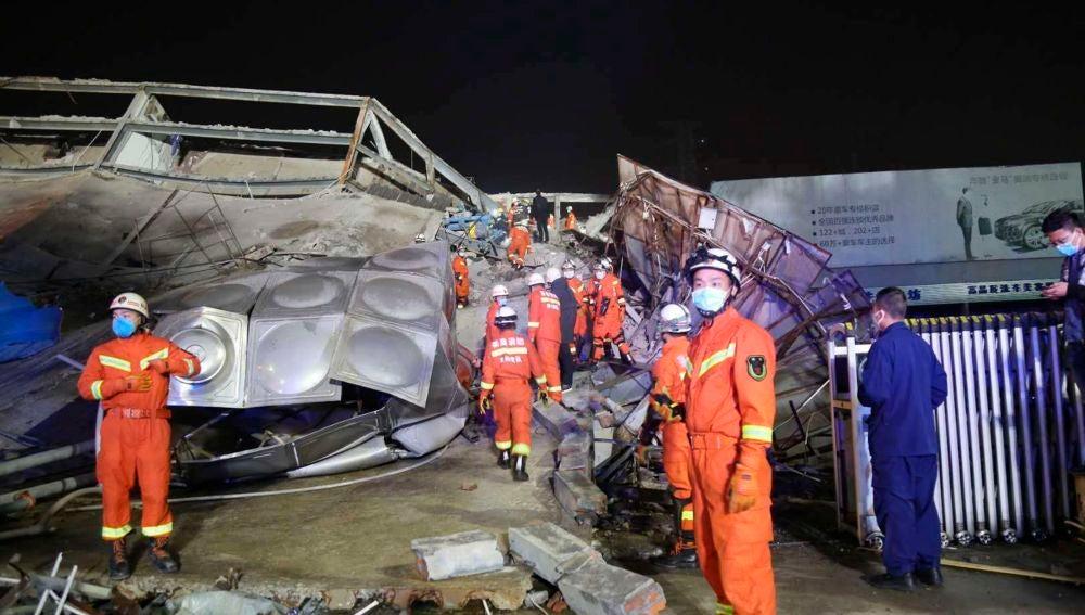Los equipos de rescate trabajan en el sitio de un hotel derrumbado