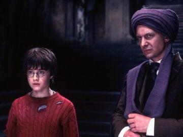 Harry Potter y el profesor Quirrell (Ian Hart) en 'La piedra filosal'