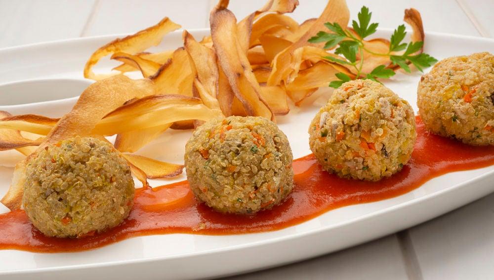 La receta vegana de Karlos Arguiñano: Albóndigas de quinoa con chips de yuca