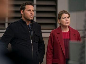 Justin Chambers y Ellen Pompeo como Alex Karev y Meredith Grey en 'Anatomía de Grey'