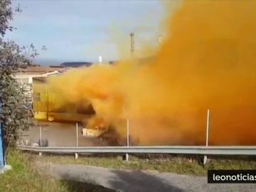 Una mezcla errónea de productos químicos provoca una nube naranja  en Ponferrada