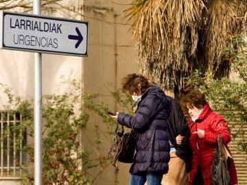 Una mujer sale de un hospital en Vitoria con una mascarilla