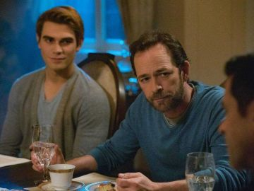 KJ Apa y Luke Perry en 'Riverdale'