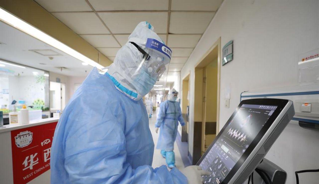 Personal sanitario en un hospital de Wuhan