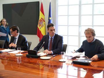 El presidente del Gobierno, Pedro Sánchez, con el ministro de Sanidad, Salvador Illa, y el director del Centro de Coordinación de alertas y emergencias, Fernando Simón