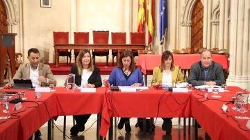 La presidenta del Govern, Francina Armengol, junto a la Consellera de Salud, Patricia Gómez, en la primera reunión de la comisión interinstitucional del coronavirus en Baleares.
