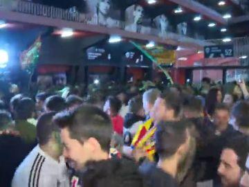 """La afición se agolpa en Mestalla para recibir al Valencia... sin miedo al coronavirus: """"¡Sí, se puede!"""""""